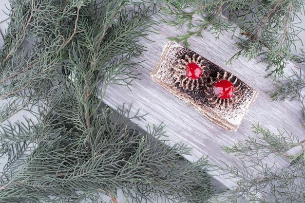 Tranche de gâteau savoureux sur planche de bois. photo de haute qualité