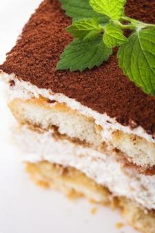 Tranche de gâteau tiramisu, vue rapprochée sur la plaque