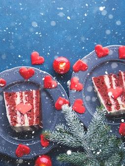 Tranche de gâteau de velours rouge pour le dessert de la saint-valentin