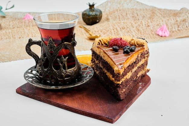 Tranche de gâteau avec un verre de thé.