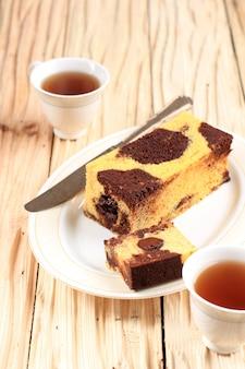 Tranche de gâteau de voyage en marbre, mini gâteau en marbre avec du chocolat fondu à l'intérieur. aussi connu sous le nom de gâteau de tube