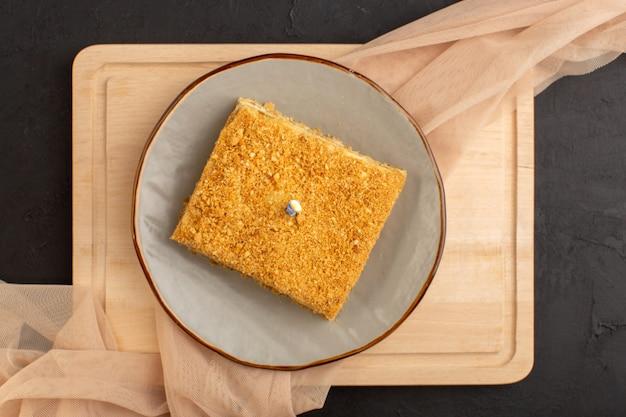Une tranche de gâteau vue de dessus délicieux et cuit à l'intérieur de la plaque