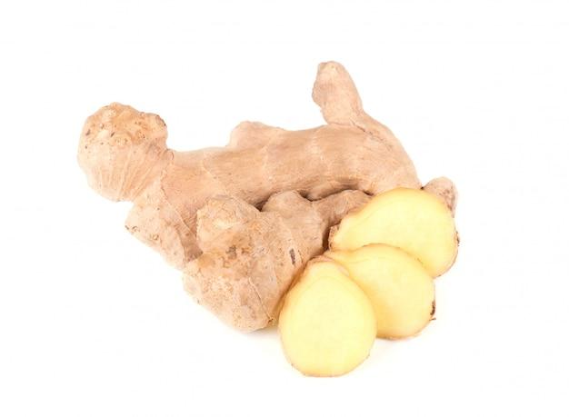 Tranche de gingembre frais isolé sur espace blanc. fermer