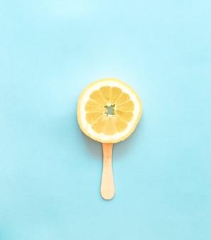 Tranche glace au citron orange, sucettes, bleu clair, mise à plat, minimalisme