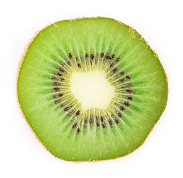 Tranche de kiwi mûr délicieux et sain juteux, isolé sur une surface blanche
