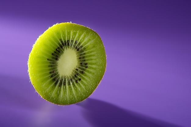 Tranche de kiwi vert sur violet vif