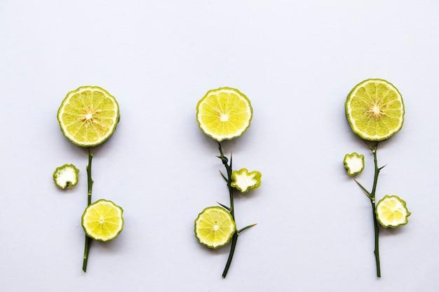 Tranche de lime kaffir disposée en fleurs