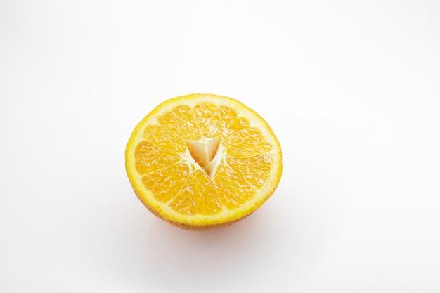 Tranche de mandarine mûre isolé sur fond blanc