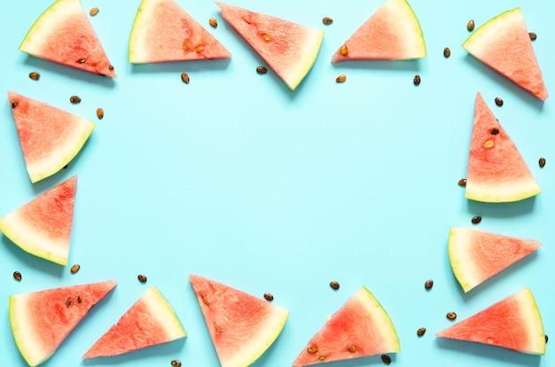 Tranche de melon d'eau rouge fraîche isolé fond bleu clair