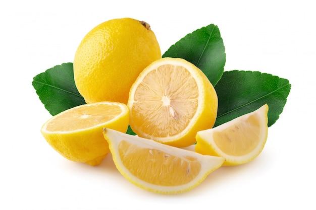 Tranche mûre d'agrumes citron jaune isolé sur fond blanc