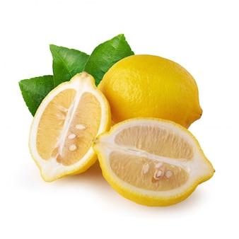 Tranche mûre d'agrumes citron jaune isolé
