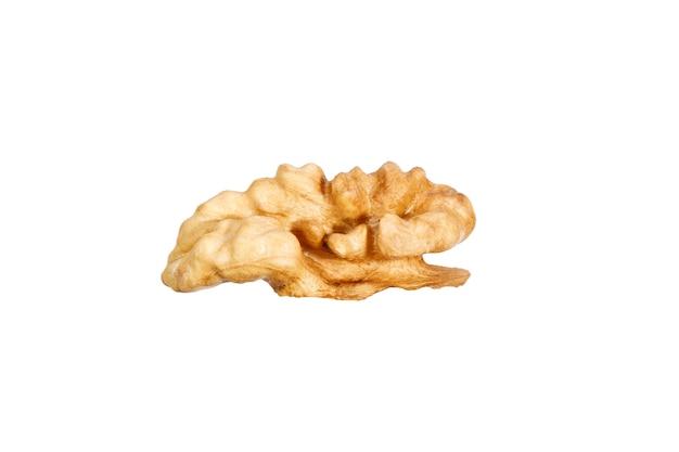 Tranche de noix pelée isolée sur fond blanc. photo de haute qualité