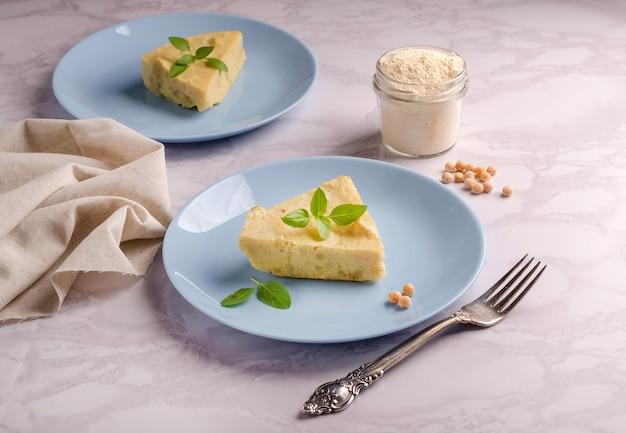 Tranche d'omelette à la farine de pois végétarienne aux herbes de basilic
