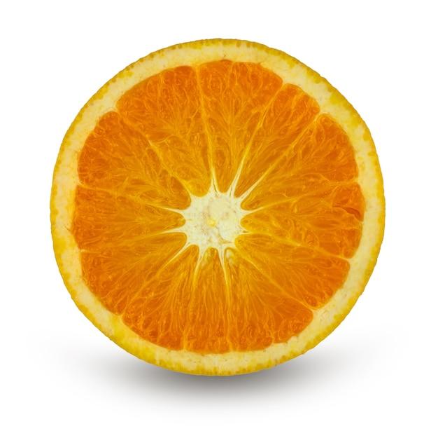 Tranche d'orange clémentine d'agrumes isolé sur blanc avec un tracé de détourage