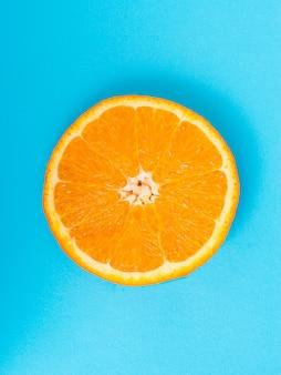 Tranche d'orange sur fond bleu