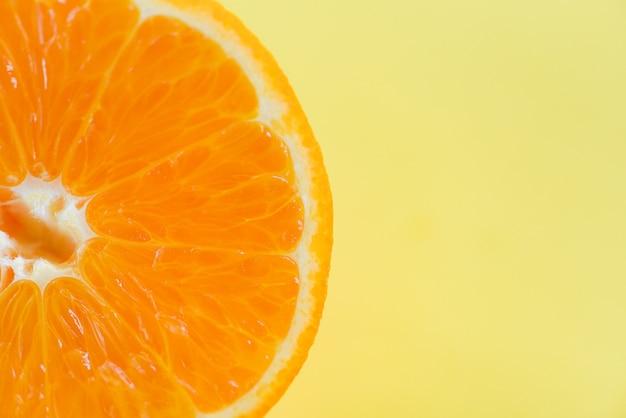 Tranche d'orange sur fond jaune / gros plan de fruits macro fruits orange vue de dessus. fond