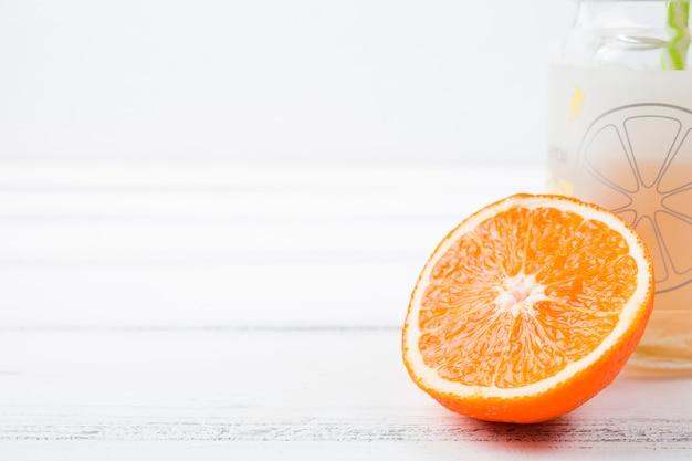 Tranche d'orange près du verre à bord