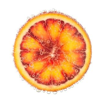 Tranche d'orange rouge avec des bulles