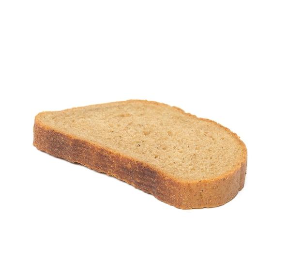 Tranche ovale de pain de seigle isolé sur une surface blanche, gros plan