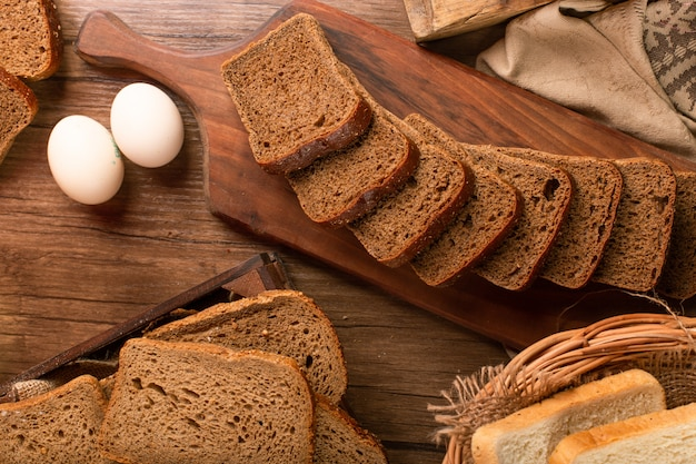 Tranche pain brun, sur, planche cuisine, à, oeufs