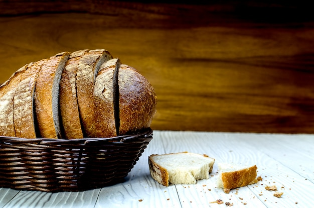 Une tranche de pain de campagne au levain