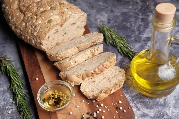Tranche de pain complet et huile d'olive sur table