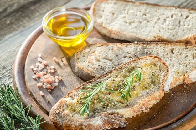 Tranche de pain frais à l'huile d'olive et aux herbes