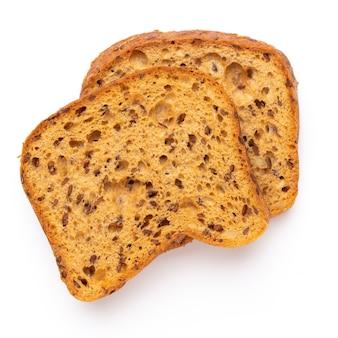 Tranche de pain de seigle sur fond blanc. mise à plat.