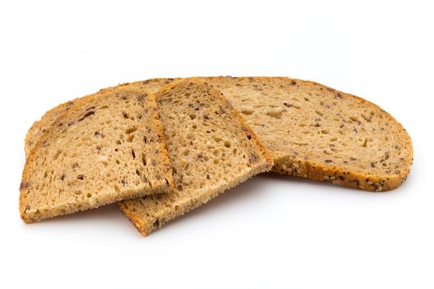 Tranche de pain de seigle isolé sur blanc.