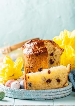 Tranche de pain sucré orthodoxe de pâques, oeufs de caille fin kulich. concept de petit-déjeuner de vacances