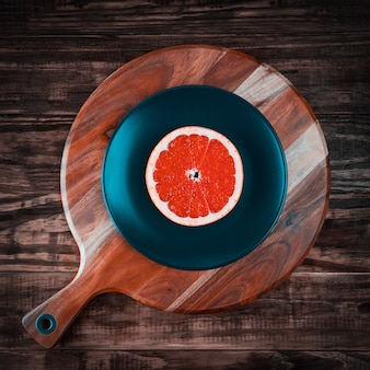Tranche de pamplemousse rouge comme vue de dessus de disque vinyle avec espace copie