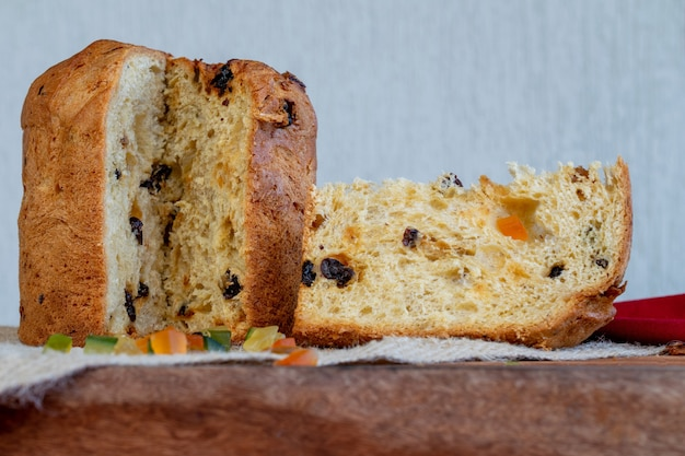 Tranche de panettone de gâteau de noël italien sur la table