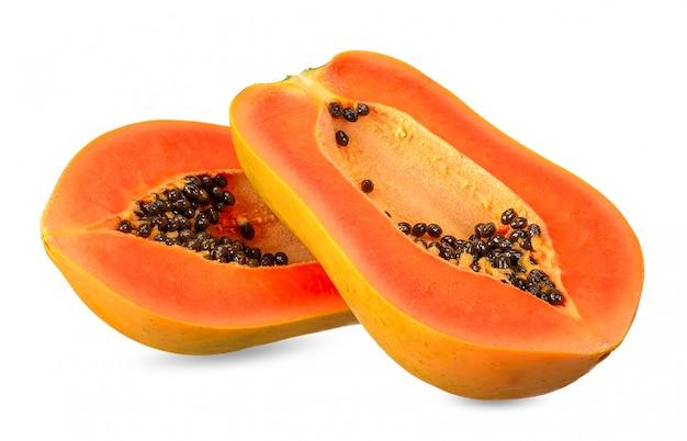 Tranche de papaye isolé sur un tracé de détourage blanc