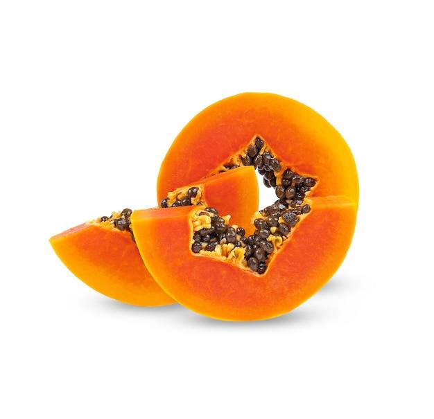 Tranche de papaye mûre isolée sur blanc.