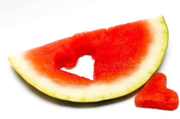 Tranche de pastèque fraîche avec coeur isolé sur fond blanc.