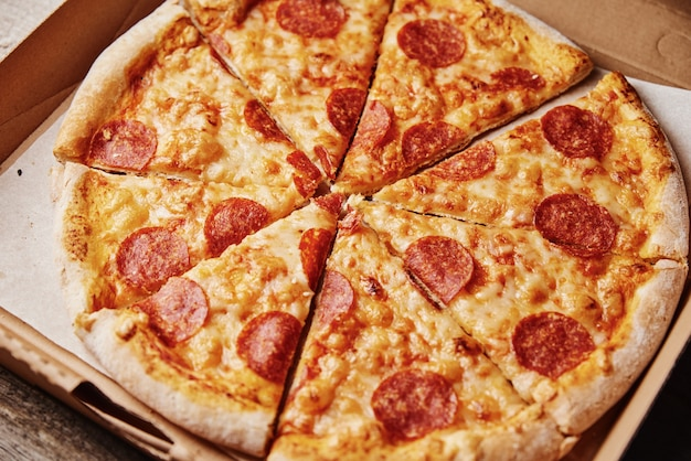 Tranche de pizza dans une boîte en carton, gros plan