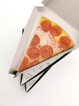Tranche de pizza dans un emballage triangulaire