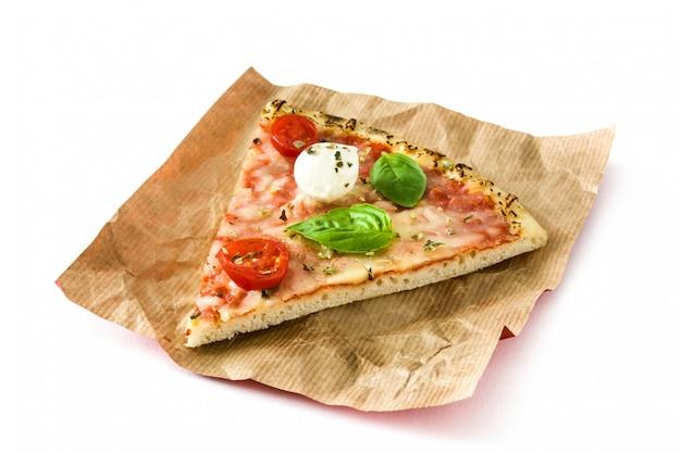 Tranche de pizza italienne aux tomates, fromage et basilic isolé sur blanc