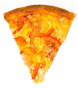 Tranche de pizza italienne fraîche isolé sur fond blanc