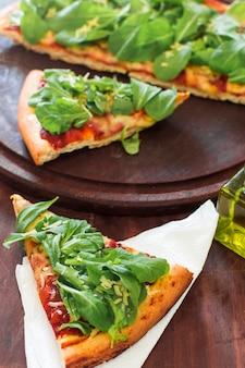 Une tranche de pizza servie sur du papier de soie