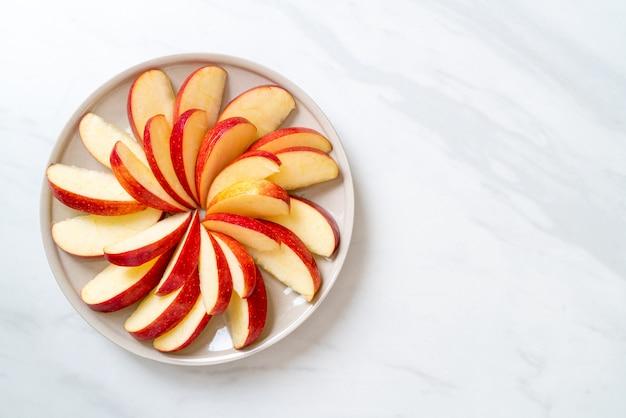 Tranche de pomme fraîche sur assiette
