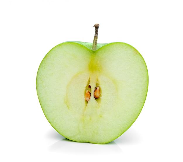 Tranche de pomme verte isolée sur blanc