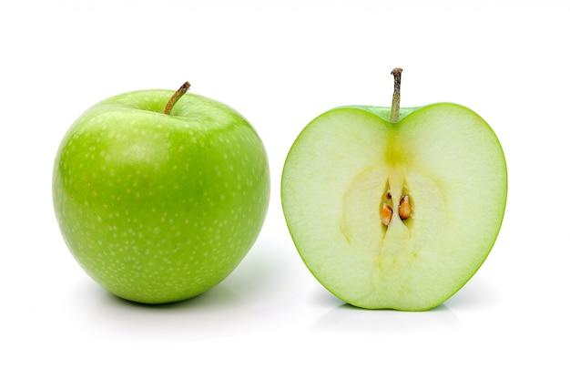 Tranche de pomme verte sur mur blanc