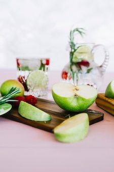 Tranche de pomme verte sur planche à découper