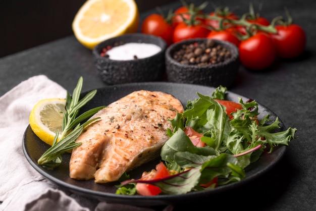 Tranche de saumon aux fruits de mer exotique sur assiette