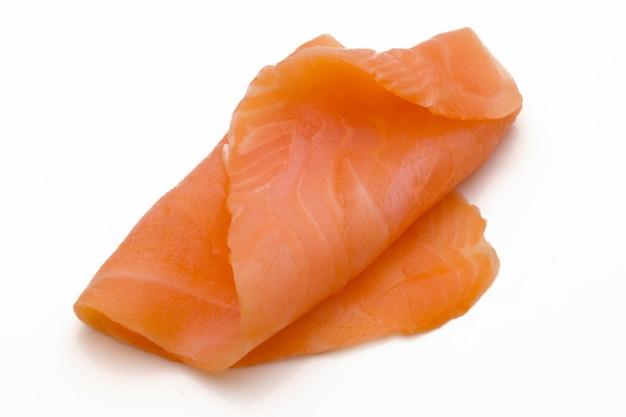 Tranche de saumon frais et épices sur le blanc