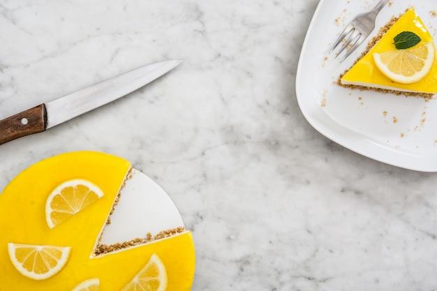 Tranche de tarte au citron sur la vue de dessus de marbre blanc