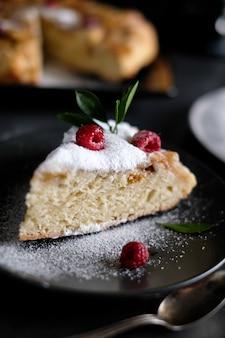 Tranche de tarte aux pommes avec du sucre en poudre
