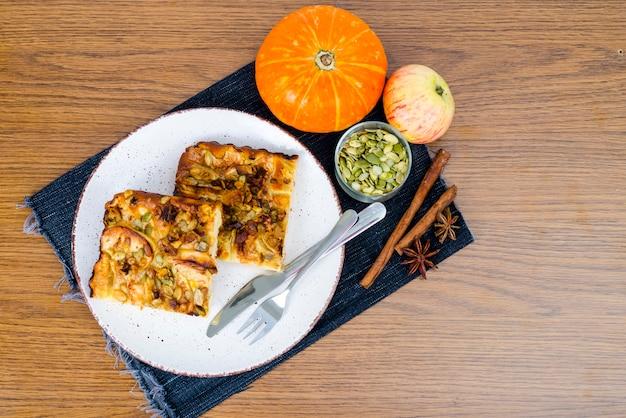 Tranche de tarte sucrée maison avec gros plan pomme et citrouille