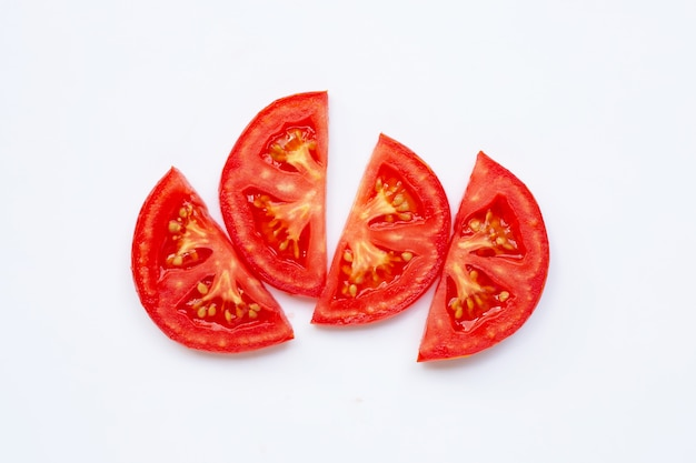 Tranche de tomate isolé sur blanc